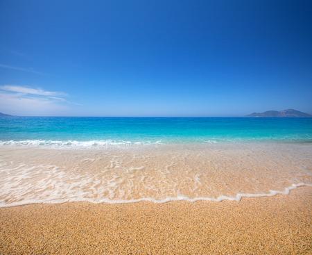 Foto de beach and beautiful tropical sea - Imagen libre de derechos