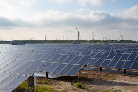 Photo pour Power plant using renewable solar energy with sun - image libre de droit