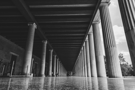 Photo pour Athens, Greece - July 20, 2018: Stoa of Attolos in Athens. Athens has significant remains of the ancient Greek civilization. - image libre de droit