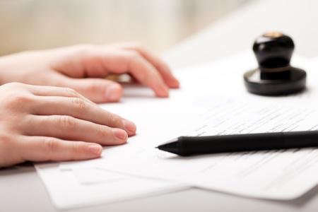 Photo pour Human business men hand pen writing paper document - image libre de droit