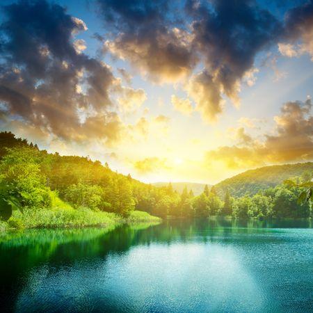 Foto de green water lake and sunset - Imagen libre de derechos