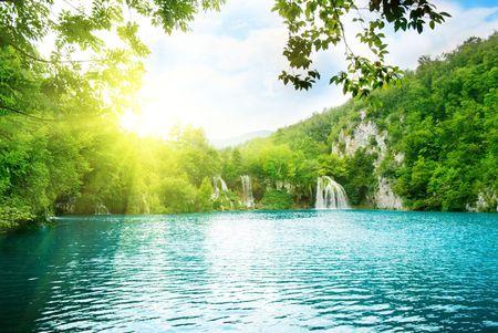 Photo pour lake in deep mountain forest - image libre de droit