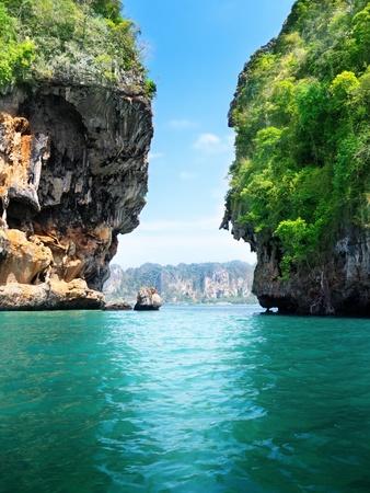 Photo pour rocks and sea in Krabi Thailand - image libre de droit