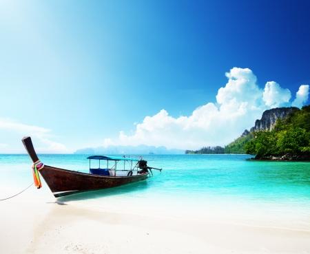 Foto de long boat and poda island in Thailand - Imagen libre de derechos
