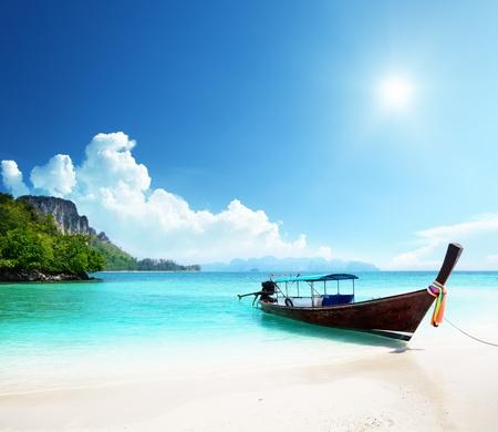 Photo pour long boat and poda island in Thailand - image libre de droit