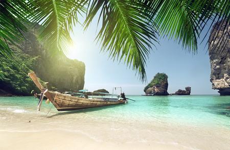 Foto de boat at Phi Phi island, Thailand - Imagen libre de derechos