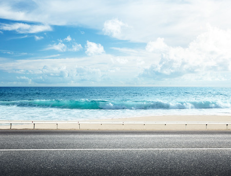 Photo pour road on tropical beach - image libre de droit