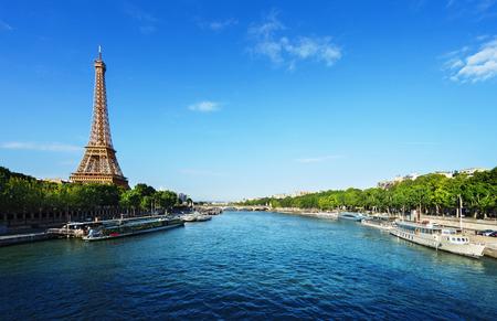 Foto de Seine in Paris with Eiffel tower - Imagen libre de derechos