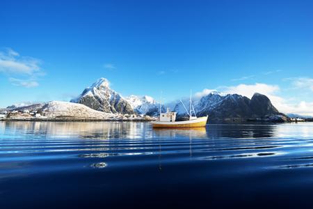 Foto de fishing boat and Reine Village, Lofoten Islands, Norway - Imagen libre de derechos