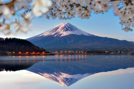 Photo pour Fuji Mountain Reflection and Sakura Branches at Kawaguchiko Lake, Japan - image libre de droit