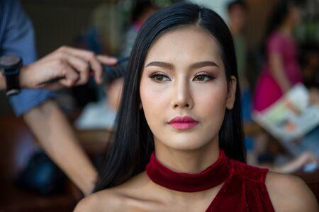 Foto für Hair stylist man making hairstyle to young beauty model on Backstage , asian woman - Lizenzfreies Bild