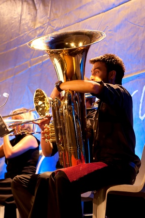 Photo pour ISTANBUL - JULY 11: Members of the Maltepe Symphonic Orchestra perform live at Maltepe open air stage on July 11, 2010 in Istanbul, Tuba player blows - image libre de droit
