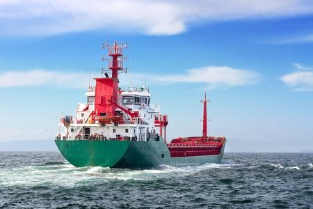 Photo pour Tanker ship sailing in to the open sea  - image libre de droit