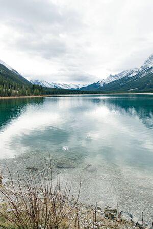 Photo pour Serene sunrise at the Spray Lakes Reservoir is a reservoir in Alberta, Canada - image libre de droit