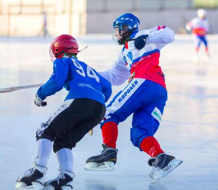 Photo pour RUSSIA, OBUKHOVO - NOVEMBER 17, 2018: Moscow region bandy championship. BC Obukhovo - BC Vympel 1:2 - image libre de droit