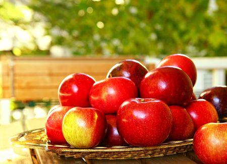 Photo pour Freshly picked apples in a rustic basket - image libre de droit
