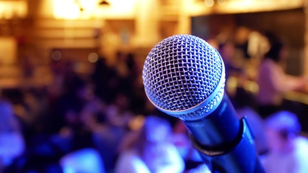 Photo pour Microphone on the background of people with blurred bokeh - image libre de droit