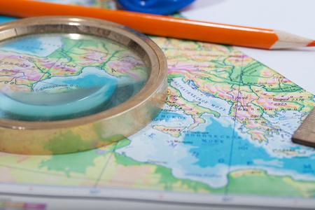 Foto de Map, pencil and magnifying glass - Imagen libre de derechos