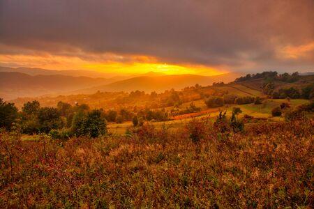 Photo pour Magestic sunset in the carpatian mountains. Natural autumn landscape. - image libre de droit