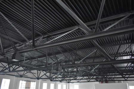 Foto de fasteners and metal roof supports - Imagen libre de derechos