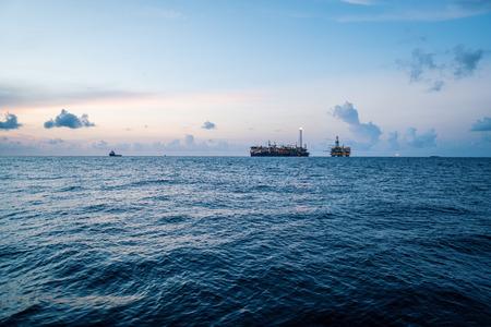 Photo pour FPSO tanker vessel near Oil Rig platform. Offshore oil and gas industry - image libre de droit