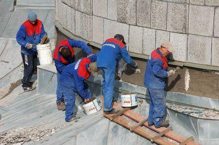 Photo pour Crew of workers repairing historical building, Saint-Petersburg, Russian Federation - 12 September 2007 - image libre de droit