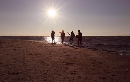 Photo pour Musicians on seacoast before a sunset. - image libre de droit