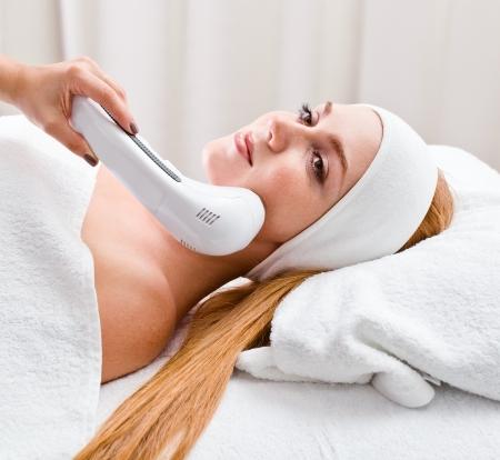 Photo pour The girl doing cosmetic procedures in spa clinic - image libre de droit