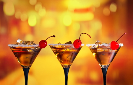 Photo pour cocktails with cherry and ice in bar - image libre de droit
