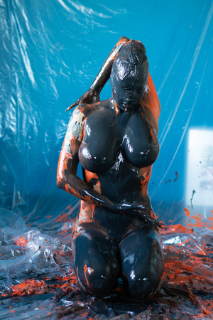 Photo pour young beautiful girl posing nude in studio doused with paint - image libre de droit