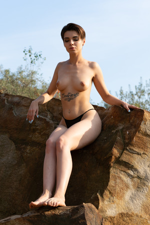 Foto de young beautiful girl posing nude outside - Imagen libre de derechos