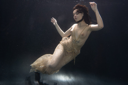 Photo pour beautiful nude girl under the water - image libre de droit