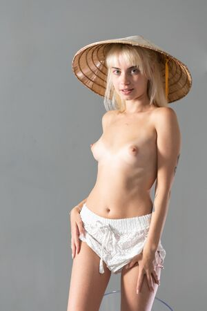 Photo pour young beautiful girl posing nude in the studio - image libre de droit