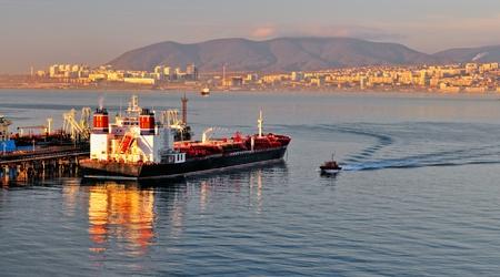 Photo pour Loading of oil in a tanker in oil terminal - image libre de droit