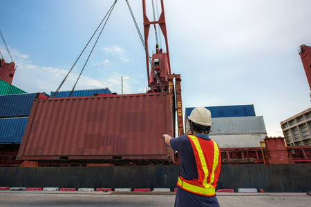 the operation control loading discharging carri on the container vessel in port terminal by stevedore gangs