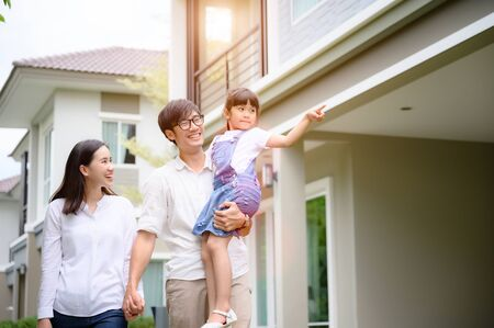 Photo pour family walking on the model new house looking for living life future, new family meet new house - image libre de droit