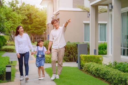 Foto de family walking on the model new house looking for living life future, new family meet new house - Imagen libre de derechos