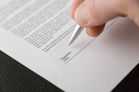 Photo pour A hand signing a contract - image libre de droit