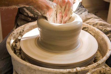 Foto de Detail of artist potter in the workshop sculpting ceramic vase - Imagen libre de derechos