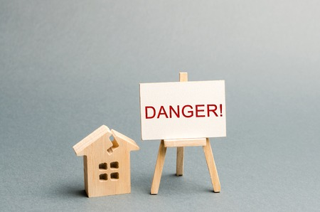 Photo pour Shabby housing. Inscription Danger. The concept of an emergency house. Old house from which evacuation of residents is required. Building demolished. Renovation and renovation of historic buildings. - image libre de droit