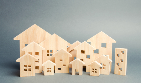 Foto de Miniature wooden houses. Real estate. City. Agglomeration and urbanization. Real Estate Market Analytics. Demand for housing. Rising and falling home prices. The growth of the city and its population - Imagen libre de derechos