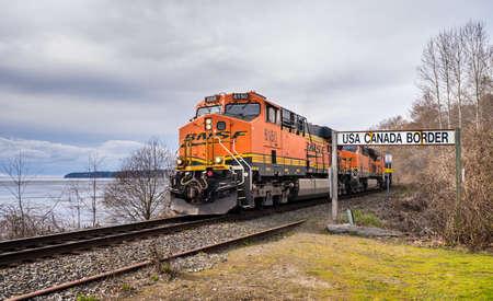 Photo pour Surrey, Canada - Mar 29, 2020: BNSF train locomotive at Canada USA border - image libre de droit