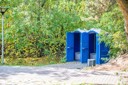 Foto de blue public toilets in the park - Imagen libre de derechos