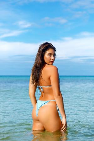 Photo pour Beautiful girl posing on the beach in the hot sun, outdoor portrait - image libre de droit