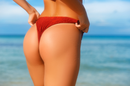 Photo pour Ideal woman's butt and hips - perfect anti-cellulite and skin care therapy program. Ocean beach photo. - image libre de droit