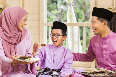 Foto de Muslim family feasting during the Eid celebration - Imagen libre de derechos