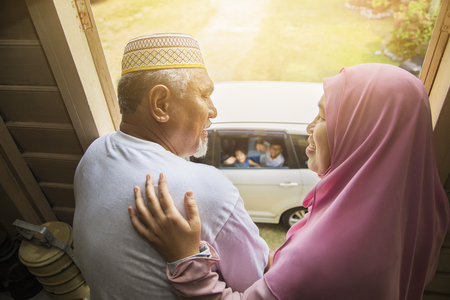 Photo pour Grandparents waving at their grandchildren in the car - image libre de droit