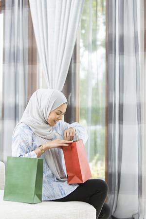 Foto de Woman checking the gift bags - Imagen libre de derechos