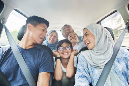 Photo pour Family in a car for a trip - image libre de droit
