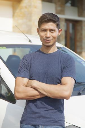 Foto de Mid adult man posing with his car - Imagen libre de derechos